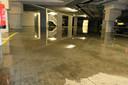 Stukje bij beetje loopt de parkeerkelder vol douche- en rioolwater.