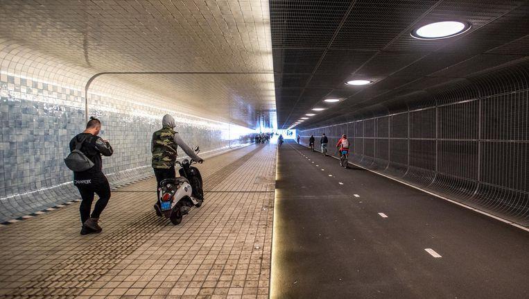 Om een boete te voorkomen, moet je met je scooter aan de hand door de Cuyperspassage Beeld Rowin Ubink