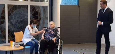 Tinie (101 jaar), die de Spaanse griep nog meemaakte,  krijgt de eerste coronaprik: 'Ze weet hoe gevaarlijk een pandemie kan zijn'