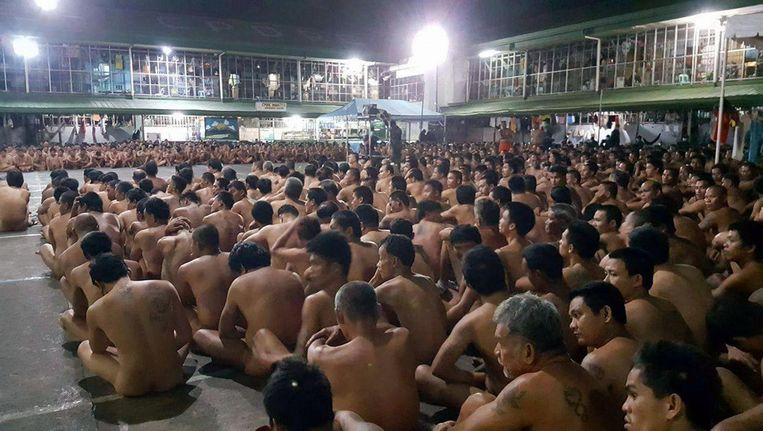 Gedetineerden van de gevangenis in de Filipijnse stad Cebuzitten naakt op appèl tijdens een zoekactie van de anti-drugsbrigade, die deze foto verspreidde. Beeld null