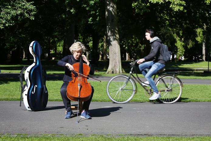 20190516 - Breda - Cellist Monique Heideman brent de muziek in de stad. Zij is mede organisator van het Ocrum Muziek Festival. FOTO: PIX4PROFS/RAMONMANGOLD