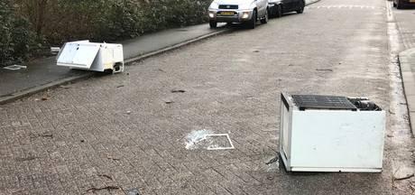 Schade door harde windvlaag in Den Bosch: losse dakpanelen en omgewaaide schuttingen