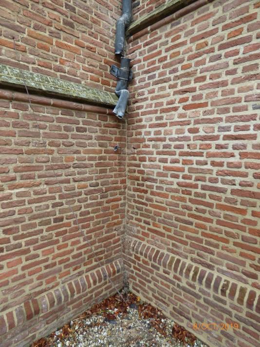 Dieven hebben de bliksemafleiders en regenpijpen van de protestante kerk in Dreumel gestolen.