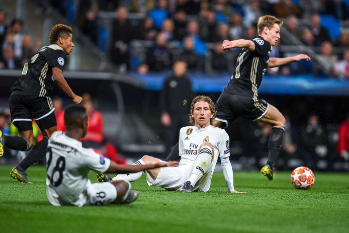 Frenkie de Jong laat  Vinícius Júnior en Luka Modric in wanhoop achter. Links David Neres.