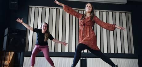 Amber uit Beltrum en Lidy uit Lichtenvoorde beginnen in coronatijd hun eigen dans- en theaterschool