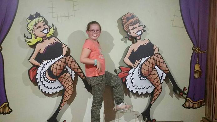 Jenthe danst de cancan in het Comics Station in Antwerpen. Foto: Ankie van Loon uit Zwijndrecht.