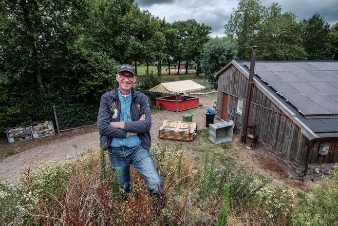 Jan Sloot op het terrein van zijn pop-up camping Lovelei. In de achtergrond de kraam waar hij tijdens de Zwarte Cross de 1200 eieren bakt.