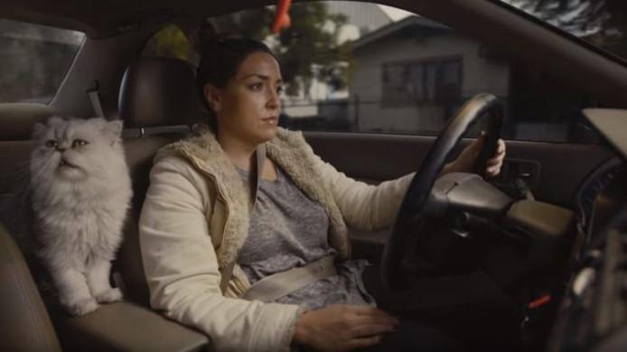 Een actrice speelt Carrie, de eigenaresse van de auto.