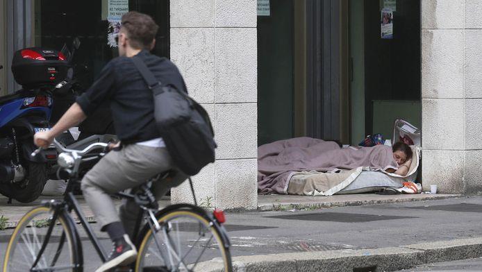 Een dakloze vrouw in Milaan.