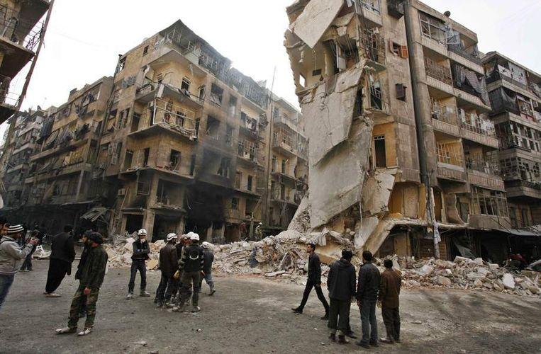 Dinsdag in Aleppo: verwoeste flatgebouwen na een luchtaanval door aan het regime gelieerde troepen. Beeld reuters