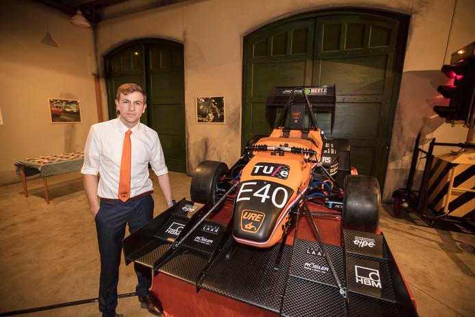 Jesse Koenders bij de net onthulde elektrische racewagen URE12 in het DAF Museum.