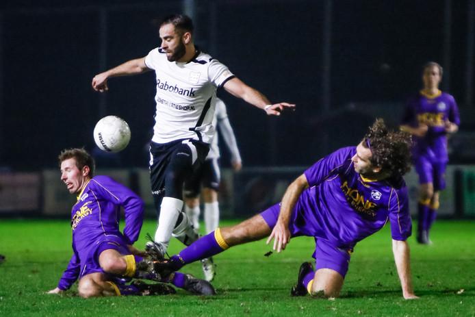 Soufiane Laghmouchi  in duel met VVSB speler Frans van Niel (l) en VVSB speler Jordy Zwart.