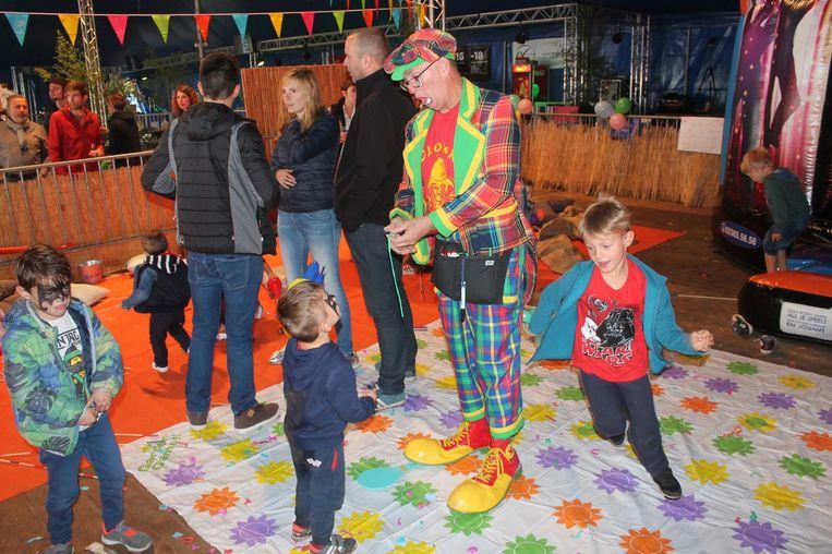 Tijdens de kinderfuif kwam er een clown langs voor de allerjongsten.