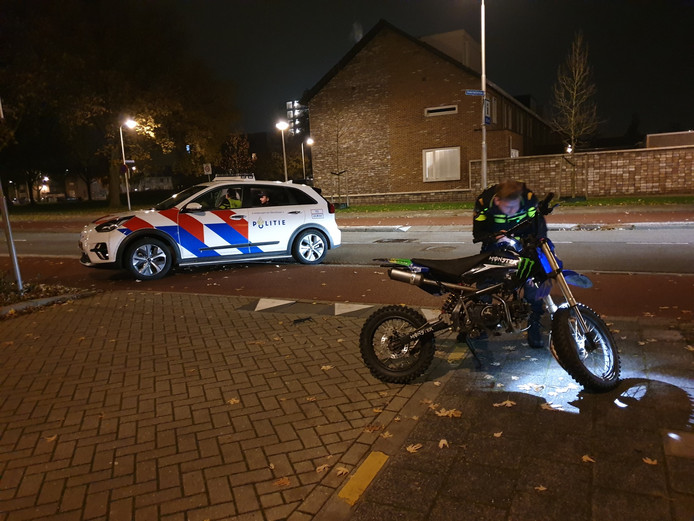 Crossmotor klapt op auto op de Liendertseweg in Amersfoort.
