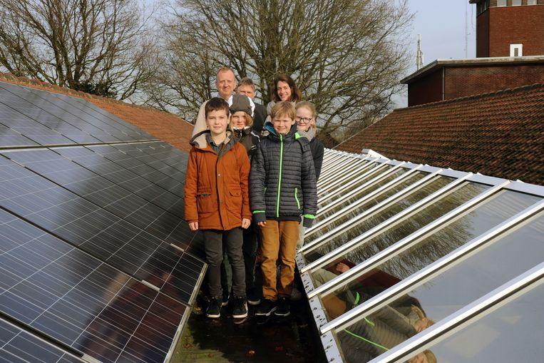 De vier scholieren presenteerden hun klimaatplan aan de burgemeester en de schepen.