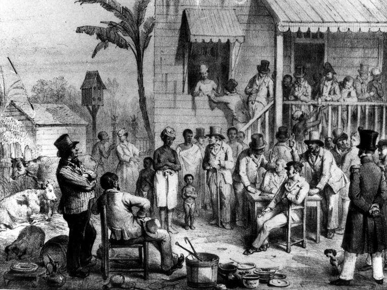 Een openbare verkoping van een in slavernij gehouden vrouw en haar twee kinderen in Suriname, 1839.  Tekenaar onbekend. Beeld Illustratie Nationaal Archief