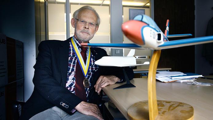 Emeritus hoogleraar Vliegtuigontwerp Egbert Torenbeek heeft zijn eredoctoraat terug naar Moskou gestuurd.