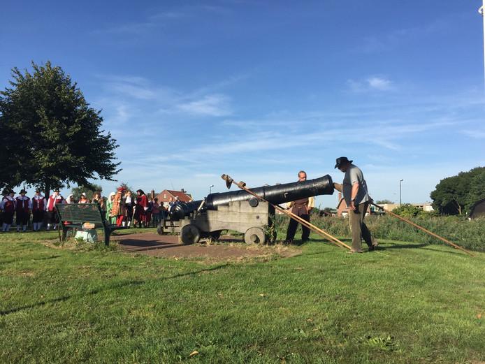 Kanonnen weigeren bij feestelijk opening Historisch-nostalgische dag Tholen
