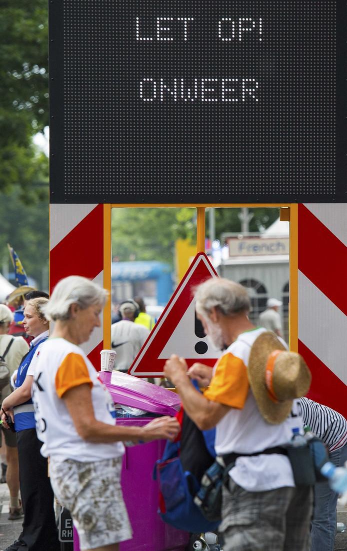 Waarschuwingsbord tijdens de laatste dag van de Nijmeegse Vierdaagse, de dag van Cuijk. Het wandelevenement wordt dit jaar voor de honderdste keer georganiseerd. Foto ANP PIROSCHKA VAN DE WOUW