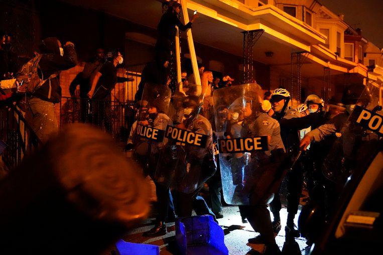 Politie en betogers raken slaags met elkaar in Philadelphia. Beeld AP