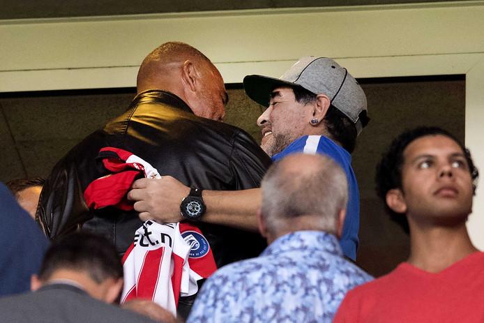 Diego Armando Maradona ontmoet Ruud Gullit tijdens de eredivisiewedstrijd van PSV tegen AZ.