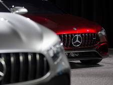 Mercedes-Benz in de etalage naast snelweg