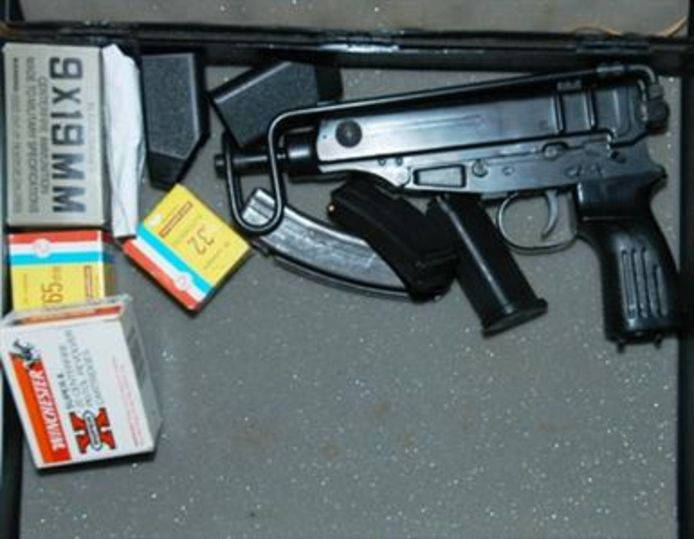 Een Scorpion machinepistool met munitie.