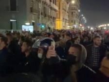 Des centaines de jeunes opposés au couvre-feu à Naples