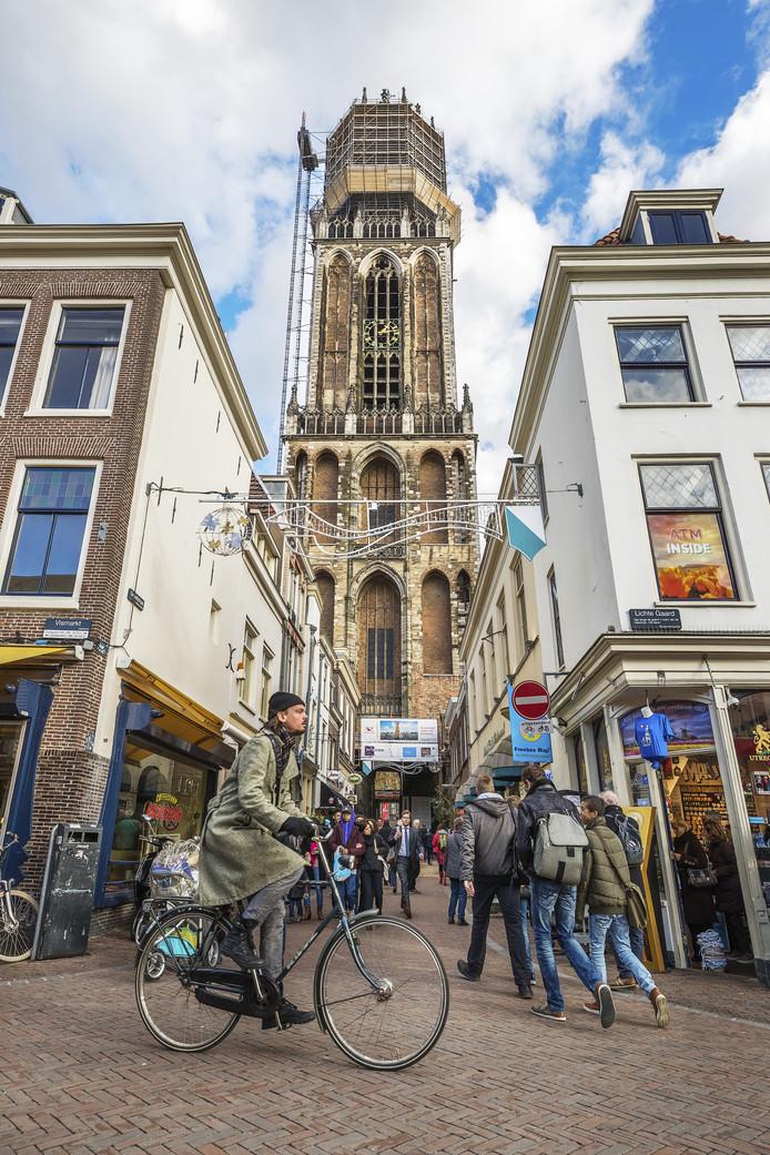 De bovenkant van de Domtoren in Utrecht staat sinds vorig jaar in de steigers. Vanaf 26 november volgt de rest van de toren.