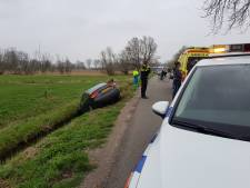 Automobilist rijdt sloot in langs Houtsestraat in Boven-Leeuwen