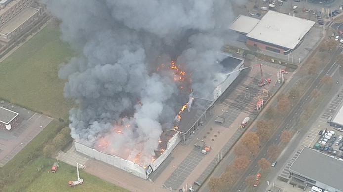 Beelden van de brand in Apeldoorn vanuit de lucht.