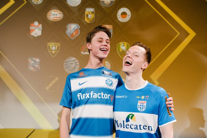 E-sporters Dani Visser (links) van de Graafschap en Tony Kok van PEC Zwolle streden in de finale om het landskampioenschap eDivisie.