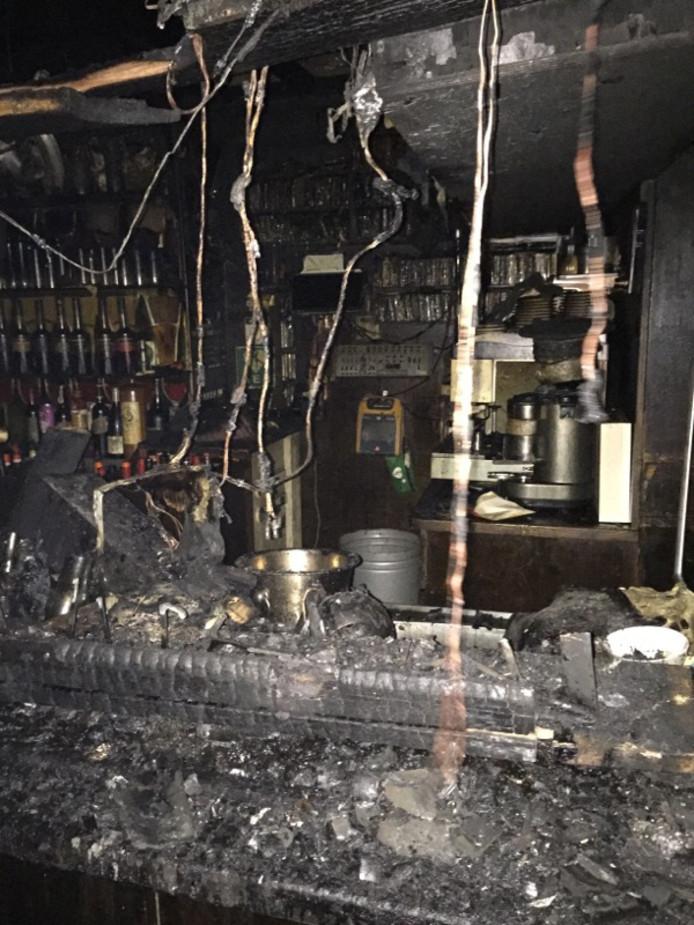Van de bar is weinig meer over en ook de rest van Lalalaa heeft grote schade.