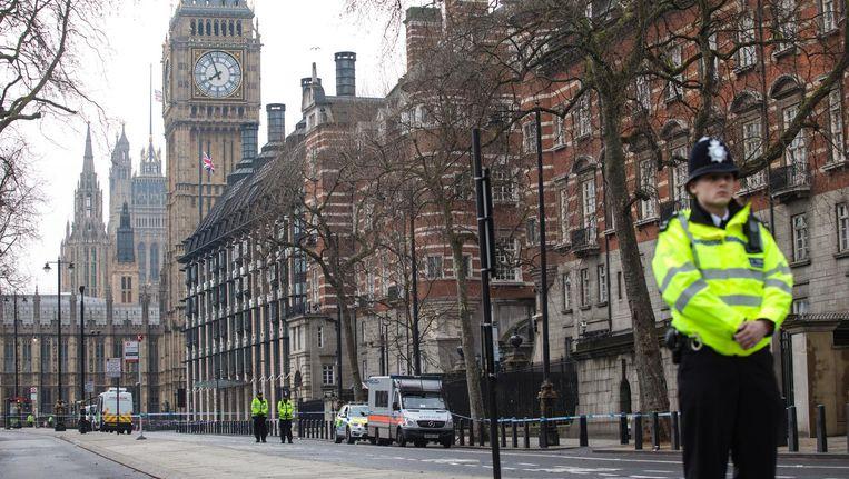 Politiebewaking bij de parlementsgebouwen de dag naar de aanslag op het parlementsgebouw in Londen. Beeld getty