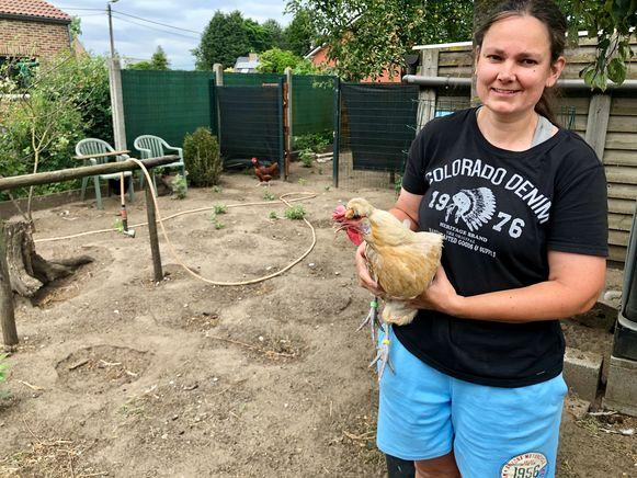 Petra Fobelets in haar kippenren.