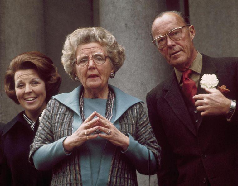 Beatrix, Juliana en Bernhard op het bordes van paleis Soestdijk tijdens het Koninginnedag defilé. Beeld anp