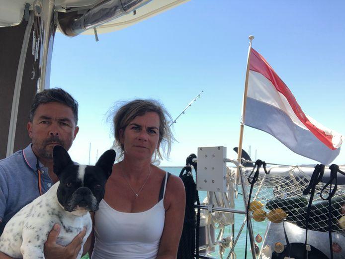 David Ockhuijzen en zijn vrouw José-Anne (met hond Lulu) worden op hun boot 'gek van het gebrek aan vrijheid'.
