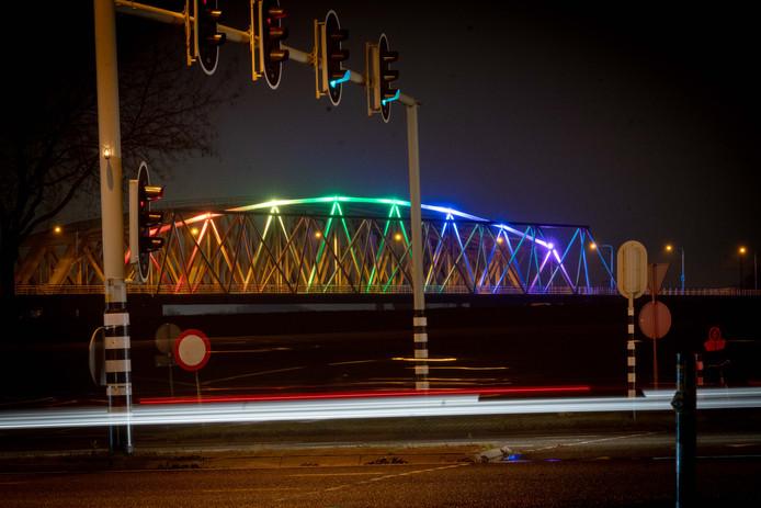 De IJsselbrug verlicht in regenboogkleuren.