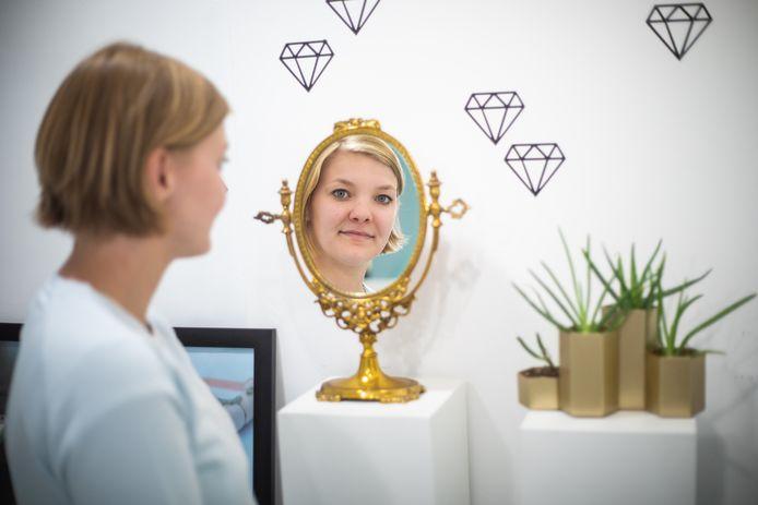 Jill in haar juwelenzaakje Goudskool in Genk