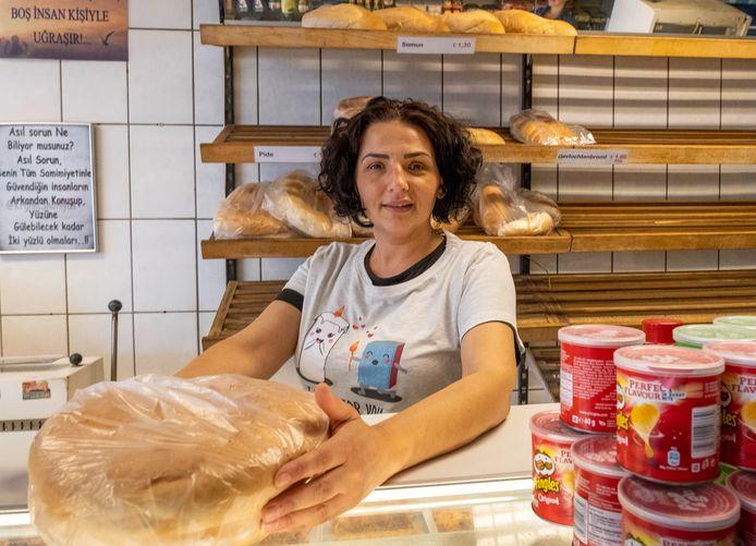 """Yeter Türk in haar bakkerij Imparator in de Scheldestraat: ,,Veel mensen hebben een negatief beeld van de Scheldestraat, maar het is een van de leukste straten."""""""