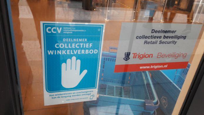 Sticker bij de ingang van het Albert Heijn-filiaal in de Bossche Arena. Hiermee wordt aangegeven dat de zaak deelneemt aan het collectief winkelverbod.