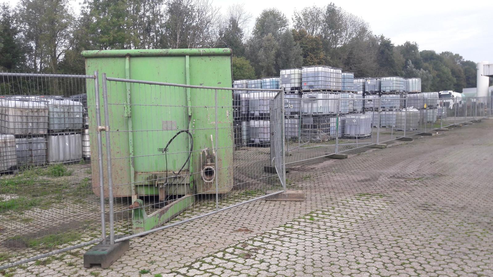 De vaten van Rutgers staan achter een hek op een bedrijfsterrein aan de Voltastraat in Doetinchem.