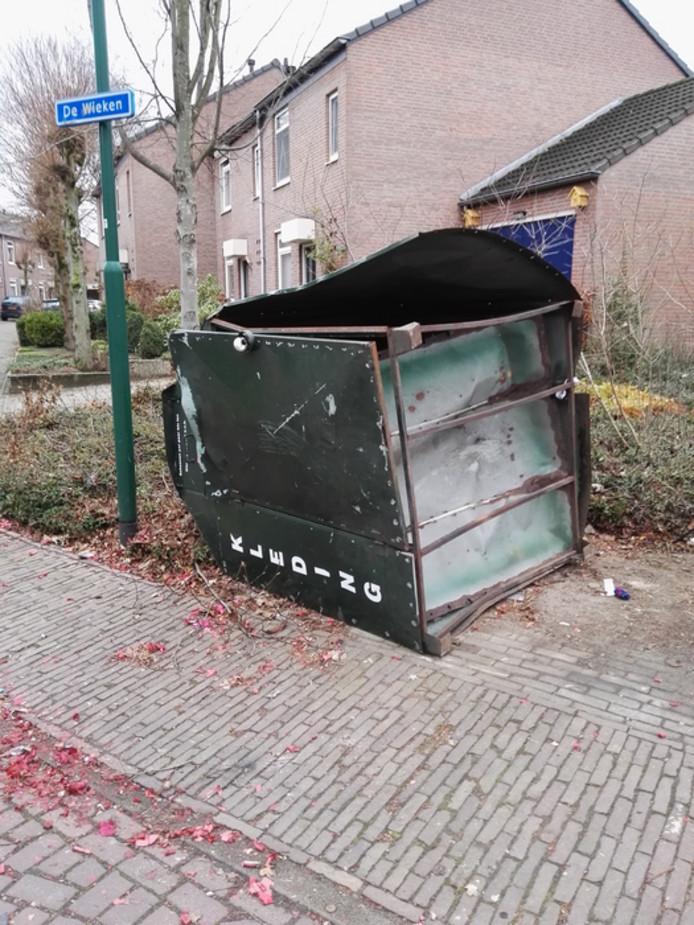 Een vernielde kledingcontainer op De Wieken in Beek en Donk.