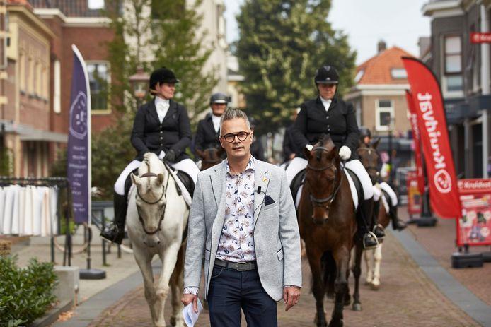 Peter Nieuwenhuis van de Historische Vereniging Borculo loopt voorop in de stoet van Hamelandse Ruiters door het Berkelstadje