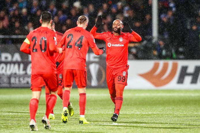 Vagner Love viert zijn goal voor Besiktas. De assist is van Jeremain Lens (niet op de foto).