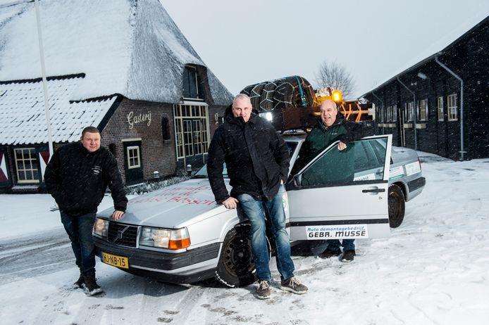 Hennie Schoolderman, Andre Jeulink en Andre Alberts (v.l.n.r.) uit Loenen doen mee aan de Carbage Run.