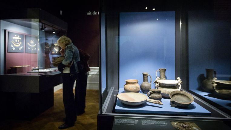 De Krim-collectie bestaande uit onder meer een gouden zwaardschede, een pronkhelm en talloze juwelen in het Allard Pierson Museum Beeld null