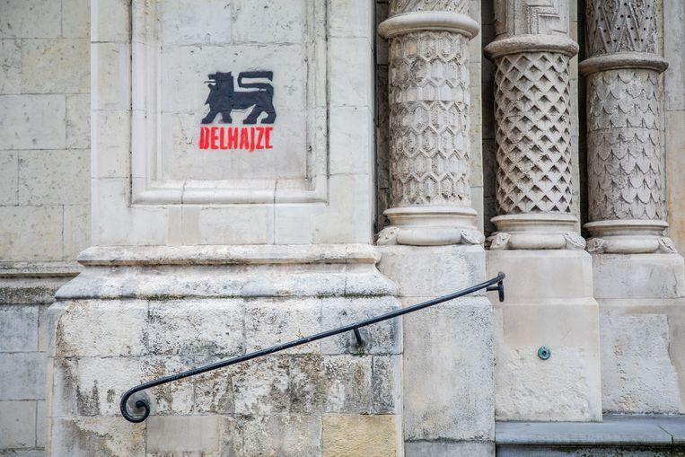 De graffiti van Delhaize  die woensdag werd aangetroffen. Intussen is de graffiti verwijderd.