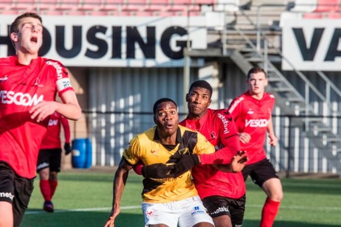 Yael Eisden heeft zijn handen vol in de oefenwedstrijd tegen NAC.