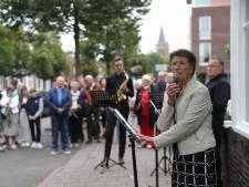Dochter dappere oud-burgemeester verguld met plaquette op Henk's Home in Son